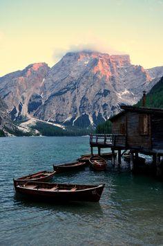Dolomiti Italia | Alle ultime luci della sera, le barche riposano sul lago di Braies vicino alla casa... del comandante Pietro (Terence Hill)... a un passo dal cielo!