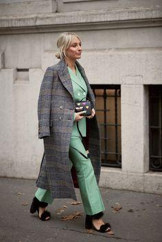 Stylingtipp beim Hosenanzug: den Mantel über die Schultern gelegt tragen! Milan Fashion Week Fall-Winter 2018 Street Style: #fashionweek #milano #streetyle #outfits credit: imaxtree