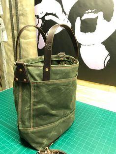 Handmade waxed canvas tote bag / waxed canvas bags / carry the entire bag - BOLSOS Y ZAPATOS - diyfrauentaschen Waxed Canvas Bag, Canvas Leather, Canvas Tote Bags, Nylons, Diy Handbag, Carry All Bag, Canvas Handbags, Leather Handbags, Purses And Bags