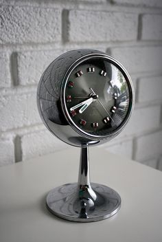 Vintage Coral Clock, something so cool about his one. Vintage Lamps, Retro Vintage, Retro Clock, Cool Clocks, Diy Clock, Mid Century Design, Alarm Clock, Home Accessories, Mid-century Modern