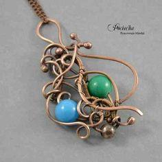 Naszyjnik w formie wisiora zawieszonego na łańcuszku. Wisior od podstaw wykonany ręcznie z miedzi. Miedź zestawiłam z pięknymi kulami marmuru w kolorze niebieskim i zielonym w kuferart.pl