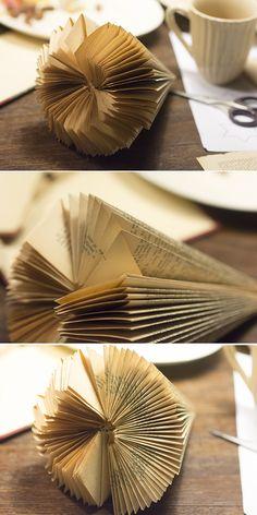 Juletræ foldet af en bog