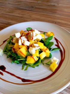 La combinación de los canónigos y la rúcula, además de sabrosa, resulta un buen aporte de, entre otros, hierro, calcio y ácidos grasos omega 3. El mango, por su parte, constituye una fruta muy anti…