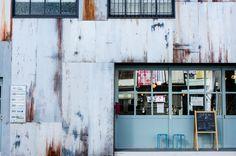 築50年のアパート兼倉庫「深田荘」の佇まいを継承しつつ、 リノベーションで再生させた「fukadaso cafe」。 Cofee Shop, Coffee Shop Bar, Urban Fabric, Cafe Bistro, Cafe Food, Cafe Interior, Cafe Restaurant, Photo Wall, Architecture