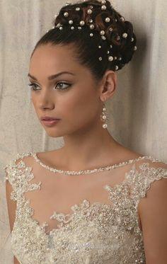Vestido de nivia corte sirena, con cristales y escote en espalda.
