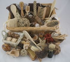 Natural Treasure Basket ideas for babies to explore Nursery Activities, Sensory Activities, Infant Activities, Activities For Kids, Crafts For Kids, Baby Sensory Play, Baby Play, Reggio Emilia, Baby Treasure Basket