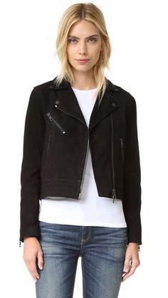 ¡Consigue este tipo de chaqueta de cuero de RAG & BONE/JEAN ahora! Haz clic para ver los detalles. Envíos gratis a toda España. Rag & Bone/JEAN Mercer Jacket: A cropped Rag & Bone/JEAN moto jacket in soft suede. Notched lapels and off-center zip placket. Zip front pockets. Quilted hem. Zip cuffs. Lined. Fabric: Suede. Shell: 100% goatskin. Lining: 100% cupro. Leather clean. Imported, China. Measurements Length: 19.75in / 50cm, from shoulder Measurements from size 4 (chaqueta de cuero…
