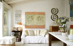 O estilo rústico dessa decoração casou perfeitamente com a capa de sofá feita de sarja. Repare que ela é amarrada nas laterais do móvel. Essa é uma das formas de fecho que as empresas oferecem. Ateliê da artista plástica Priky Zuccolo