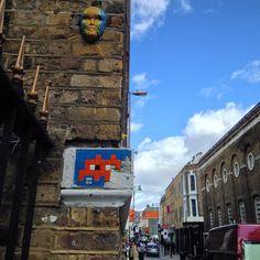 """alex pistoja en Instagram: """"#streetart #pasteup of a #mask by #crispstreetart @crispstreetart and #ldn_24 by #spaceinvader @invaderwashere in #london"""""""