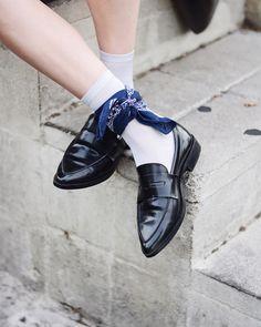 Black loafers, white socks, and a bandana Loafers With Socks, Black Loafers, Loafers Men, Suede Loafers, Penny Loafers, Michael Jackson Bailando, Sock Shoes, Shoe Boots, Look Fashion
