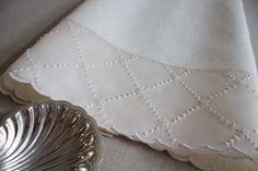 Toalha de Baptizado em linho e organdy bordada a ponto francês, garanitos, ilhós e caseado.