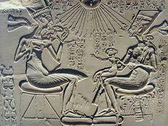 EGIPT: płaskorzeźba Echnatona z rodziną  [Echaton -> kult Atona, realizm w sztuce]