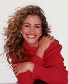 "Julia Roberts ~ Her distinctive features include her megawatt smile, voluminous hair and that infectious laugh. Most known for: ""Pretty Woman,"" ""Erin Brockovich"" Husbands: Lyle Lovett, Daniel Moder Cabello Julia Roberts, Cheveux Julia Roberts, Julia Roberts Hair, Brigitte Bardot, Pretty Woman, Actrices Hollywood, Celebs, Celebrities, Celebrity Hairstyles"