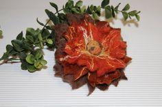 Ansteckbroschen - elegante Filzbrosche & Filzblume Unikat - ein Designerstück von snea bei DaWanda
