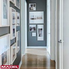 Você é apaixonado por fotografia e recordações?  Que tal optar por fazer um álbum de fotos no corredor da sua casa?! O legal é utilizar porta retratos de formas e tamanhos diferentes. Deixe o ambiente mais aconchegante com um piso que combine com as molduras 😉 #decor #decoracao #designerdeinteriores