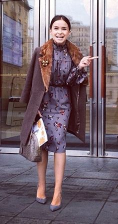 Miroslava Duma, printed dress, grey coat, grey bag, grey pumps ☑️