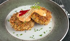 Crab Cakes with Roasted Pepper Mayonnaise Recipe - Key Ingredient Soup Starter, Fresh Bread Crumbs, Mayonnaise Recipe, Cocktails, Crab Cakes, Yummy Appetizers, Seafood Recipes, Food Processor Recipes, Roast