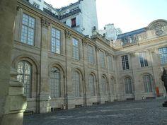 """Hôtel d'Avaux : 71 rue du Temple, Paris 3e arr. Le mur sur la gauche a été bati contre le mur de Philippe Auguste. Il est donc composé de fenêtres aveugles et qualifié de """"mur renard""""."""