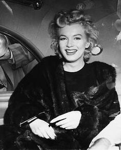 Marilyn Monroe papped in the back of a car