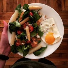 Un legging une délicieuse salade et un oeuf au plat tout ce que j'aime  Quoi de mieux pour une soirée cosy a la maison?  Bonne soirée   leggings salad and eggs I'm lovin it  Perfect for a cosy night at home  #fitness#protein#vegetarian#regimeuse#fit#motivation#workout#healthy#healthyfood#fitfrenchies#weightloss#bbg#fitfam#fitspiration#yummy#homemade#fitfood#picoftheday#delish#greens#regimeuse#diet#salmon#dinner#eggs#brunch#lunch#asparagus#salad#veggies