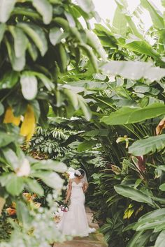 Colorful tropical Hawaii destination wedding in Maui. By Angie Diaz Photography