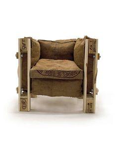 Ponte un buen reto e imita al mítico sillón 'Le Corbusier', basado en el concepto que redactó el propio arquitecto. Utilizarás varios trozos de 'palets' para crear la estructura, tornillos XXL para sujetarlos entre sí y los cojines que prefieras para encajarlos entre los huecos que forma la madera y dar por finalizada esta obra de arte. Fichamos: la idea de comprar relleno y forrarlo con tela de saco, como en el ejemplo. Más información: www.recyclart.org.