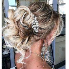 Luźno upięte włosy to jeden z obecnie królujących trendów ślubnych. A Wam podobają się  takie luźne upięcia?  #slubnaglowie #stylowo #weddinghairstyle #kok #slubny #instaweddings #instalike #slub #pannamloda #przygotowaniadoslubu #bomiloscjestwielka #weselnepasje #hairstyles #instaslub #bridalhairdecor #bridalhairinspiration #bride #bridetobe #fryzuradoslubu #fryzuraslubna #luźnykok #loki #lovely #hair #weddingfashion