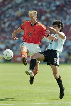 Holland 2 Argentina 1 in 1998 in Marseille. Dennis Bergkamp controls the ball before scoring a wonder winner in the World Cup Quarter Final. Fifa Football, Best Football Players, Football Is Life, Retro Football, National Football Teams, World Football, Dennis Bergkamp, Soccer Academy, Association Football