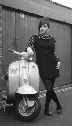 vintage everyday: 27 Lovely Vintage Photos of Fashionable Women on Their Scooters Scooter Girl, Retro Scooter, Vespa Girl, Lambretta Scooter, Vespa Scooters, Vintage Vespa, Mode Vintage, Vintage Style, Retro Vintage