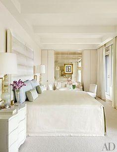 Спальня с крашенными стенами в светло-бежевой гамме с зеркальной стеной (в нашем случае - это могут быть двери в гардеробную напротив окна они будут распространять свет. золотистая тонировка очень к месту, на мой взгляд)