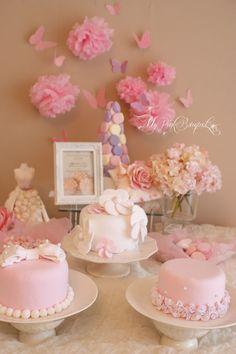 ミニケーキ3種。お花のデコレーション、フリルのデコレーション、おリボンパールのデコレーション。