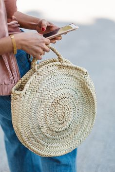 Discover recipes, home ideas, style inspiration and other ideas to try. Round Bag, Best Handbags, Basket Bag, Summer Bags, Knitted Bags, Sisal, Large Bags, Straw Bag, Purses And Bags