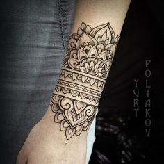 Tatouage cool, tatouage henné, tatoo poignet, tatouage dentelle, tatouage f Tattoos Mandalas, Mandala Wrist Tattoo, Forearm Tattoos, Foot Tattoos, Body Art Tattoos, Sleeve Tattoos, Tattoo Arm, Mandala Sleeve, Ankle Cuff Tattoo