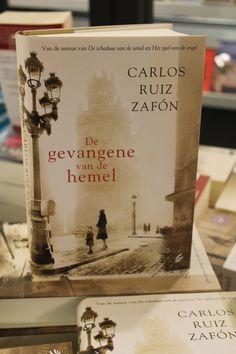 De gevangene van de hemel van Carlos Ruiz Zafón is het derde en op één na laatste deel in het vierluik rondom het Kerkhof der Vergeten Boeken. Het is een fantastisch verhaal vol intrige en emotie dat ons naar het Barcelona van de jaren veertig en vijftig transporteert en waarin de betovering van boeken, liefde en vriendschap weer net zo'n belangrijke rol spelen als in de voorgaande twee boeken.