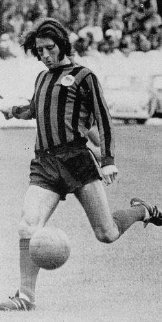 Circa 1970/71. Huddersfield Town centre forward Frank Worthington. Frank Worthington, Huddersfield Town, Centre, Football, Soccer, Futbol, Huddersfield Town A.f.c., American Football, Soccer Ball