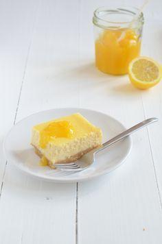 lemon cheesecake: Ingrediënten voor 8 personen 4 eieren 100 gr suiker (gebruik 150 gr als je van zoet houdt) 400 gr naturel roomkaas 150 gr volle kwark 200 gr koekjes (ik nam amandelkoekjes) 90 gr gesmolten roomboter 1 citroen Lemoncurd (recept)