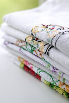 Vintage Keepsakes Stack of Embroidered Linens Yard Sale, Show And Tell, Keepsakes, Vintage Decor, Sale Items, Homework, Linens, Dishes, Embroidery