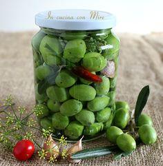 Olive verdi in salamoia alla calabrese Olive Recipes, Raw Vegan Recipes, Italian Dishes, Italian Recipes, Food Storage, Pickled Olives, Ricotta, Fruit And Veg, Antipasto