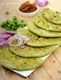 A unique dough of whole wheat flour and green peas forms the base of this interesting recipe. The outcome is made more irresistible by stuffing these wholesome parathas with fresh paneer and juicy raisins. Pea Recipes, Lunch Box Recipes, Lunch Snacks, Breakfast Recipes, Cooking Recipes, Healthy Recipes, Gujarati Recipes, Indian Food Recipes, Gujarati Food