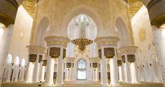 Nella Moschea Sheikh Zayed Bin Sultan Al Nahyan il #tappeto più grande del mondo realizzato a mano, con le sue 35 tonnellate di lana e cotone ricopre l'intera sala di preghiera! Per realizzarlo è stato necessario il lavoro di 1200 artigiani iraniani. Per completare l'opera, guardando in alto sempre all'interno della sala potrete ammirare il lampadario più grande che esista, con 10 metri di diametro e ben 15 metri d'altezza il tutto all'interno di una cupola di oltre 32 metri di diametro!