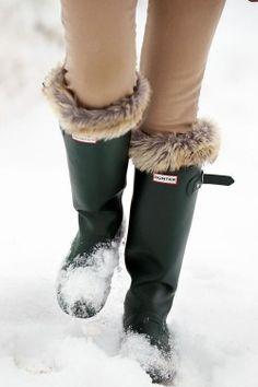 Winterize your Hunter rain boots with boot socks Fur Boots, Snow Boots, Rain Boots, Look Winter, Autumn Winter Fashion, Winter Green, Winter Walk, Winter Fun, Hunter Wellies