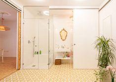 Já apresentamos várias soluções para apartamentos pequenos. No entanto, o apartamento a seguir, projetado por PKMN Architectures, apresenta soluções inovad