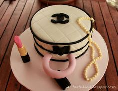 Tarta Chanel con lapiz de labios y collar de perlas | Cocina