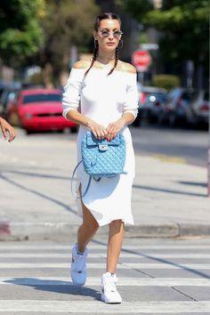 Bella Hadid en robe C/Meo Collective et sac Chanel dans les rues de Los Angeles