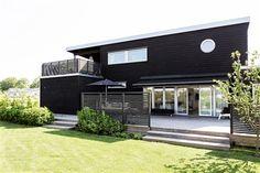 Nybyggt hus med svart fasad