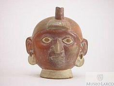 Botella gollete asa estribo escultórica huaco retrato de personaje con penacho sobre la frente y pendientes circulares.