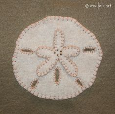 Sand Dollar Applique :: Stroll on the Beach Collection - Wee Folk Art Free Applique Patterns, Felt Patterns, Applique Templates, Felt Embroidery, Felt Applique, Penny Rugs, Felted Wool Crafts, Felt Crafts, Christmas Crafts