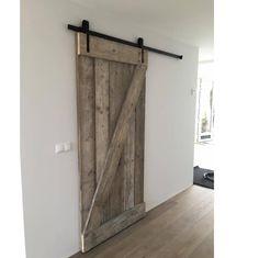 Geeft je interieur een landelijke uitstraling met een schuifdeur van gebruikt steigerhout. Lange levensduur en met schuifdeursysteem!