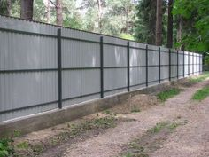 a Fence of corrugated Board Fence Wall Design, Modern Fence Design, Fence Art, Corrugated Metal Fence, Metal Fence Panels, Diy Privacy Fence, Privacy Fence Designs, Backyard Fences, Garden Fencing