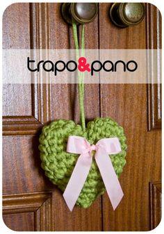 Pendente em crochet, com trapilho verde e laço rosa.